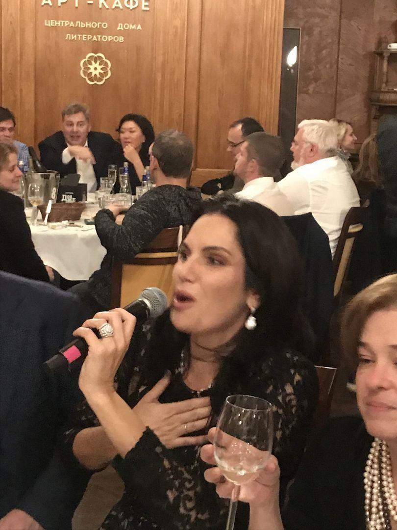 Нина Шацкая с микрофоном