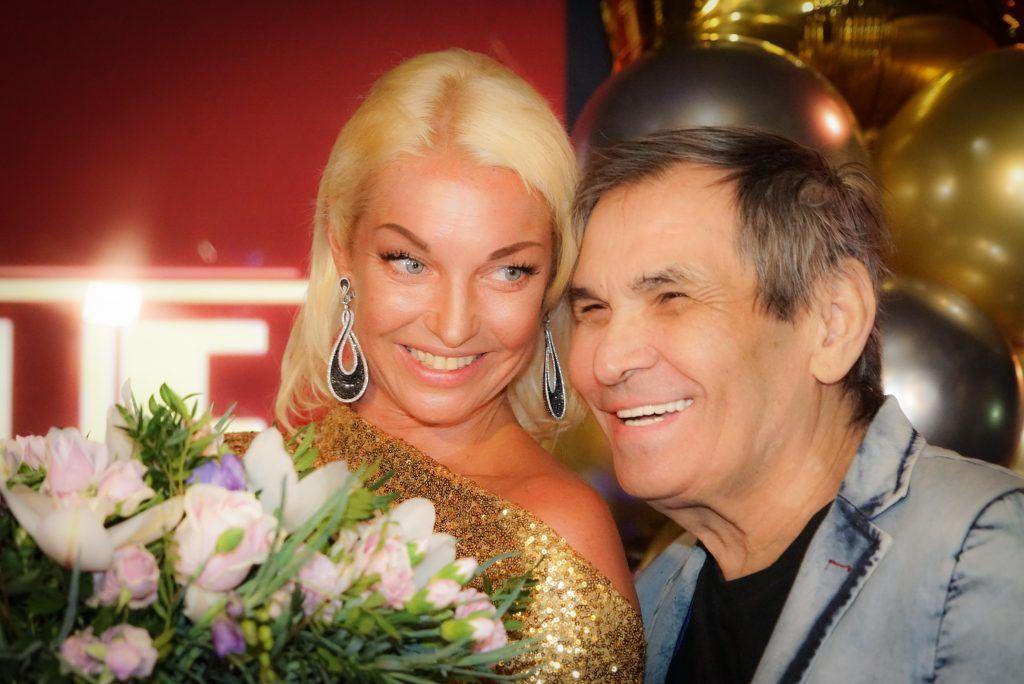 Анастасия Волочкова с букетом и Бари Алибасов