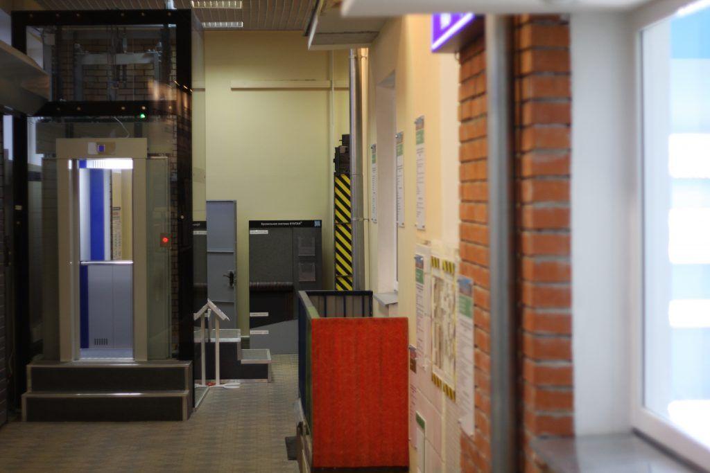 Лифт, балкон и другие экспонаты выставки, капремонт