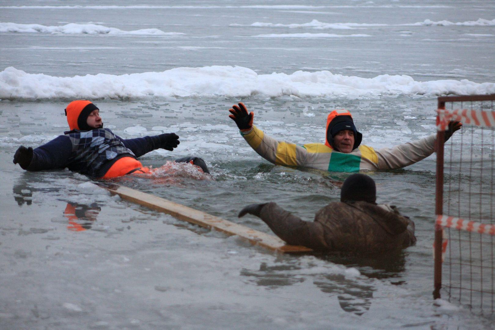 Люди провалились под лед в месте Крещенских купаний