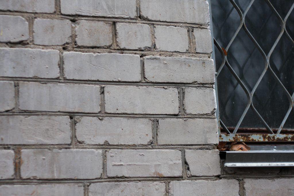 Швы между кирпичами герметично залили раствором цемента