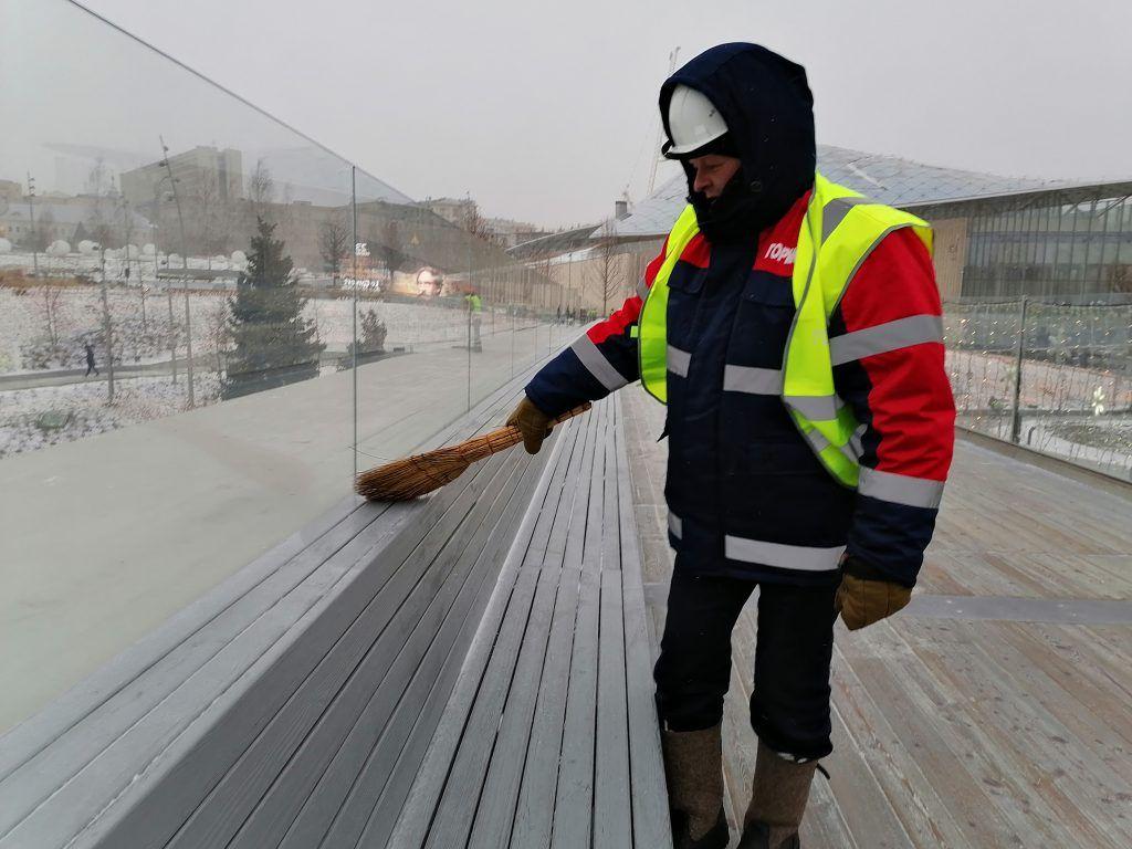 уборка снега, парк Зарядье, Парящий мост