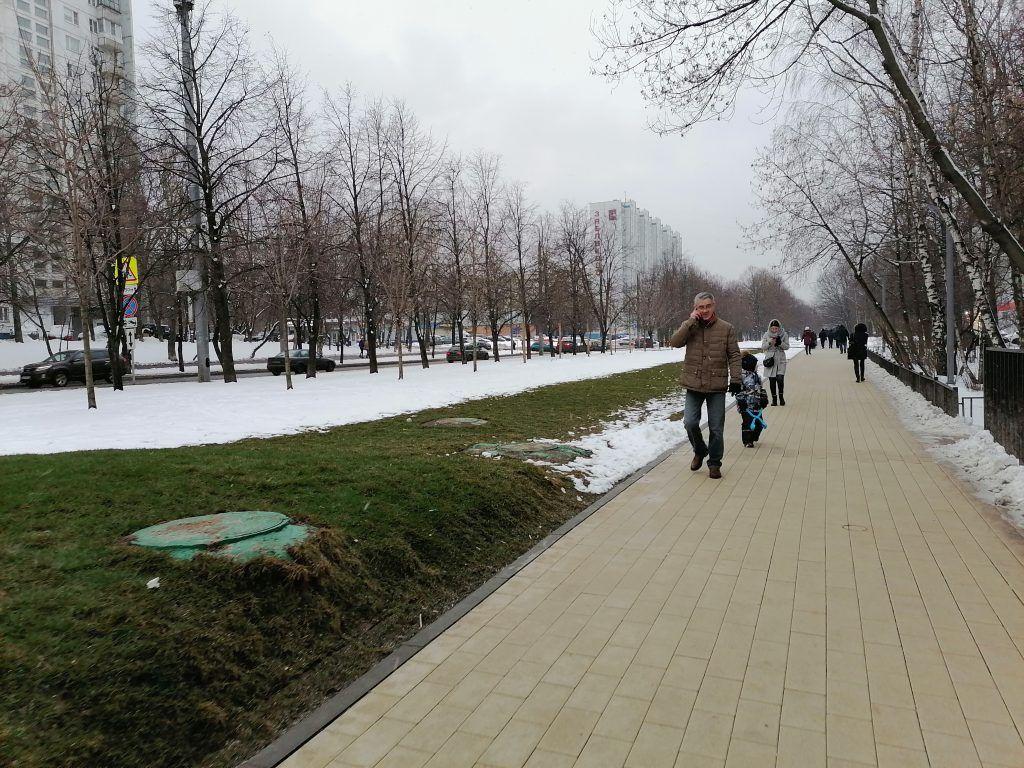 Вдоль Шипиловской улицы разбили газон, расширили тротуары