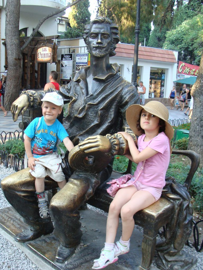 Дети обожают памятник Александру Ханжонкову