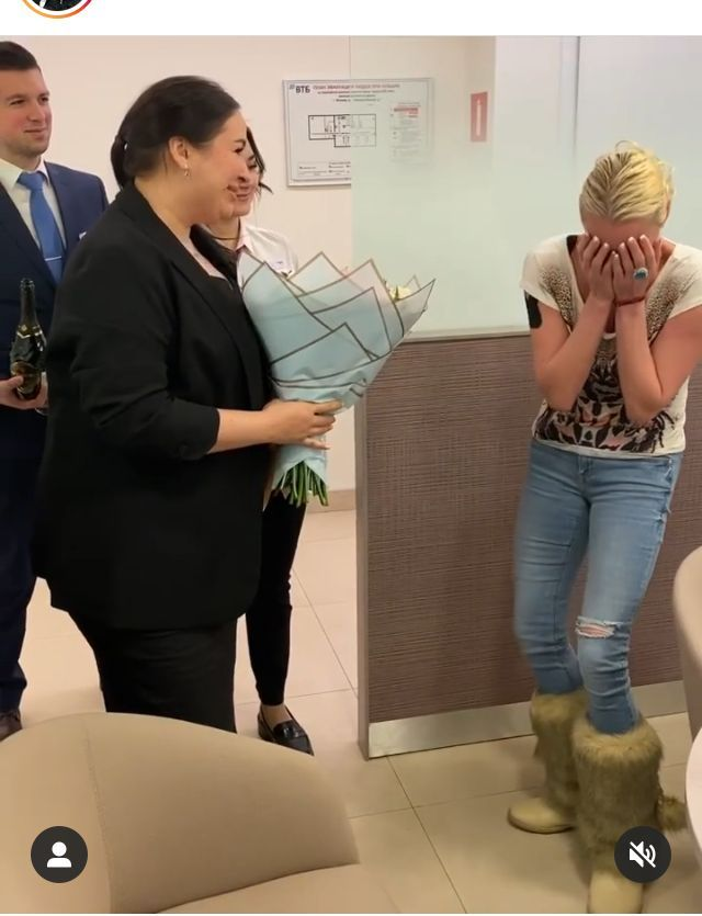 Анастасия Волочкова с работником банка