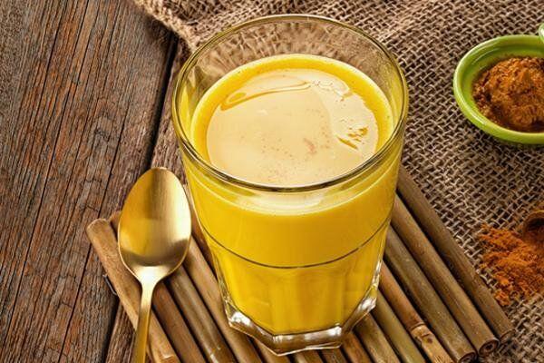 молоко, куркума, мед, масло (лучше кокосовое, но можно и растительное), вода.
