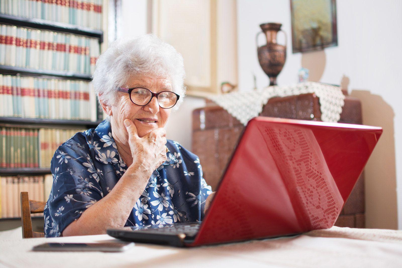 Картинка бабушка с компьютером