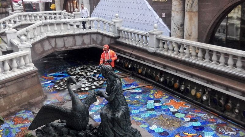 моют фонтан