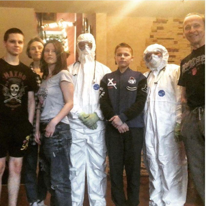 Иван Охлобыстин с семьей и медработниками