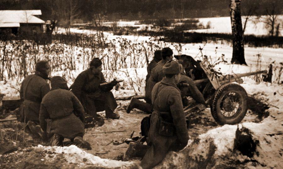 Артиллерийский расчет 45мм противотанкового орудия(сорокопятка) на одной из безымянных высот на подступах к Москве в ноябре 1941 года.