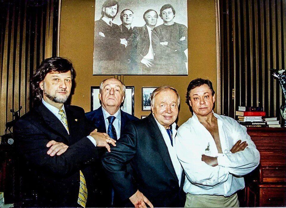 Алексей Рыбников, Марк Захаров, Андрей Вознесенский, Николай Караченцов (2002 год)  на фоне их же фотографии, сделанной в 1981 году