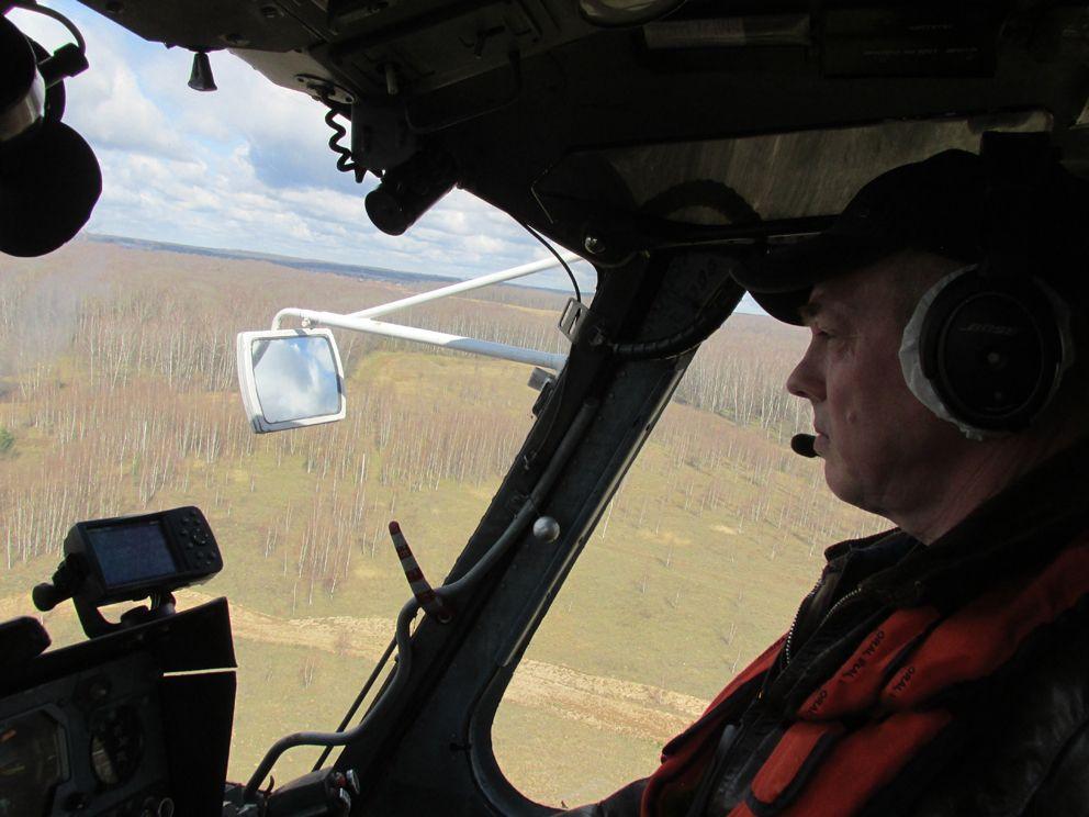 Второй пилот МАЦ (Московский авиационный центр) Дмитрий Кузнецов свершает плановый облет лесных массивов с целью выявления возможных появлений очагов возгораний.