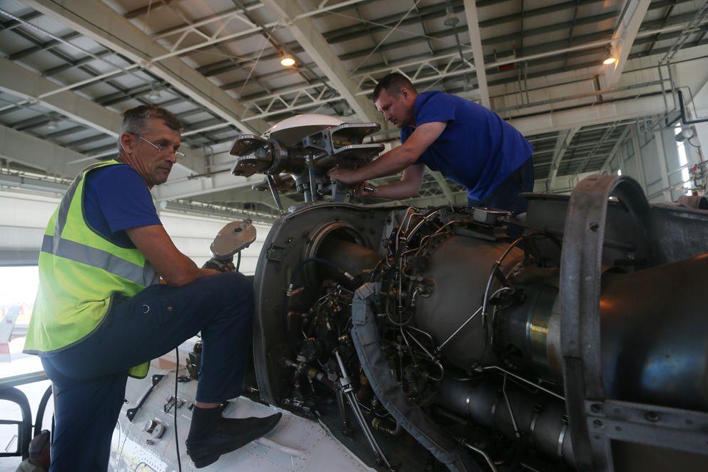 Инженерно-технический состав ГКУ МАЦ ежедневно поддерживает исправность вертолетов (7)