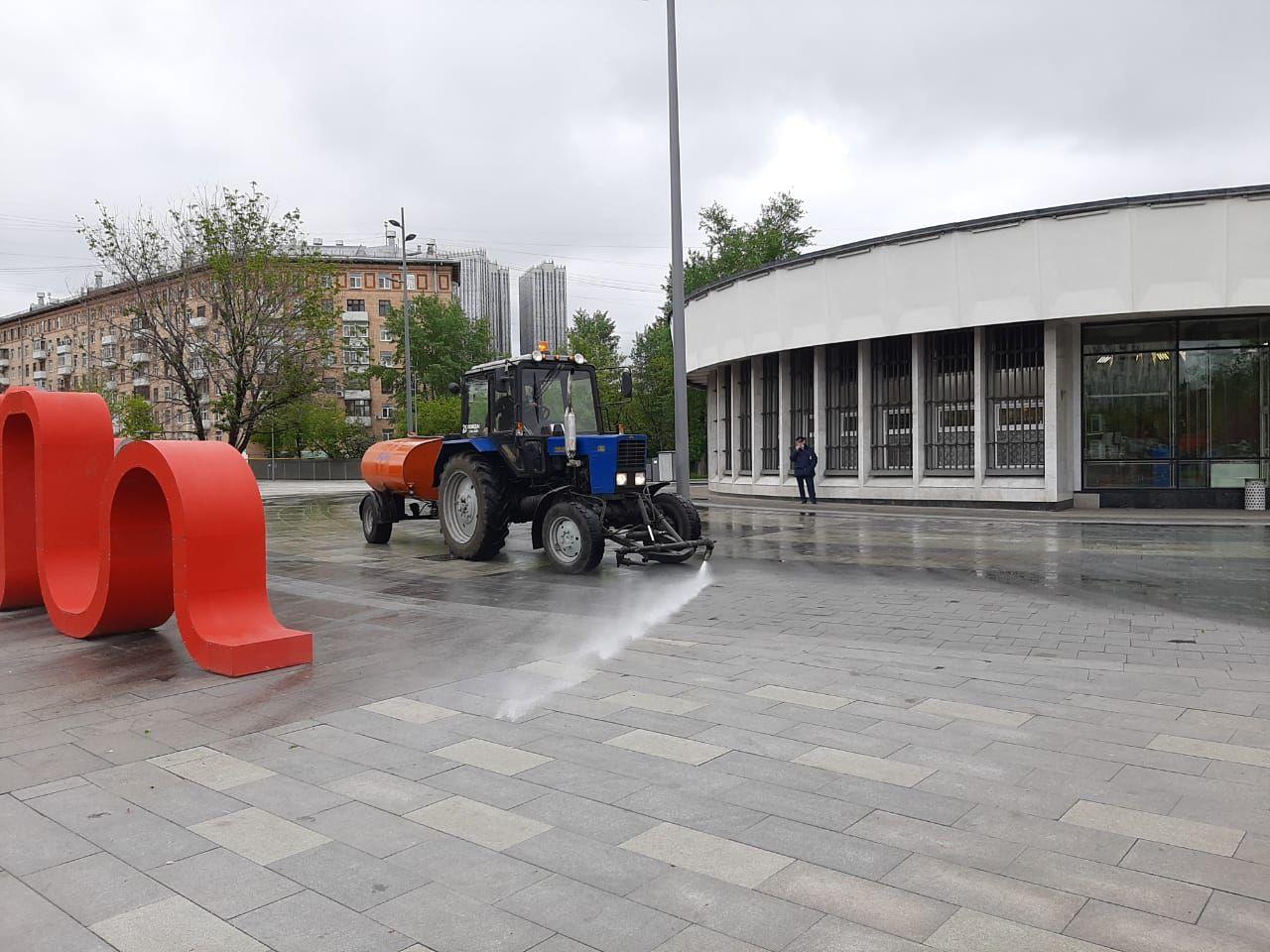 полив дорог, уборка Москвы