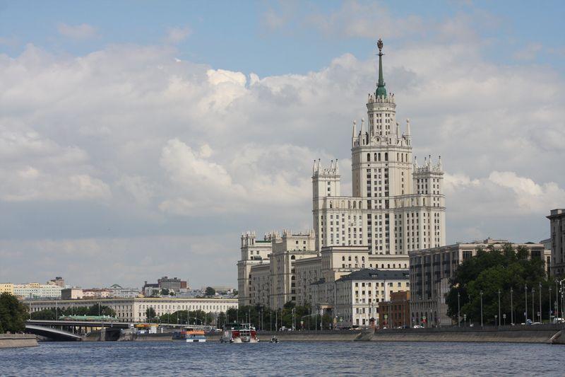 дом на набережной, сталинская высотка, Москва-река, небо
