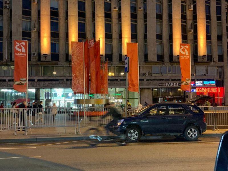 флаги, День Победы, велосипедист, машина
