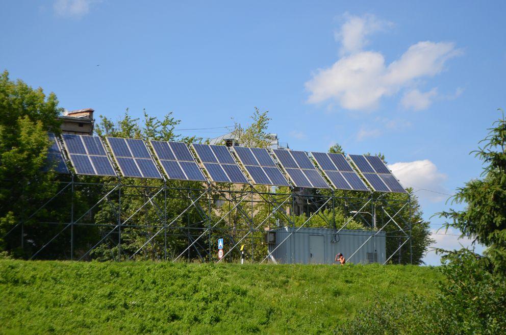 Комплекс солнечных батарей. Энергией солнца освещается парк в темное время суток.