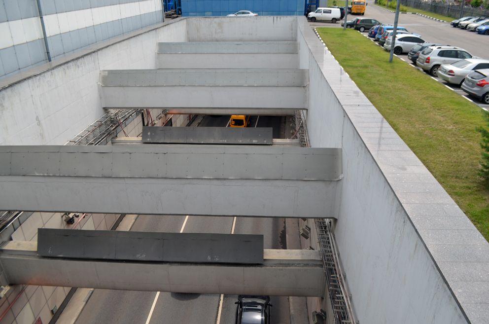 Движение автотранспорта по одному из самых длинных туннелей в Европе. Его протяженность 3 км.