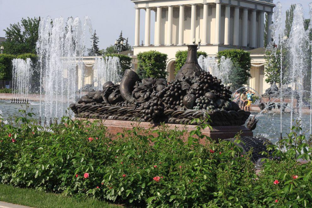 Дары изобилия украшают чашу фонтана Каменный цветок