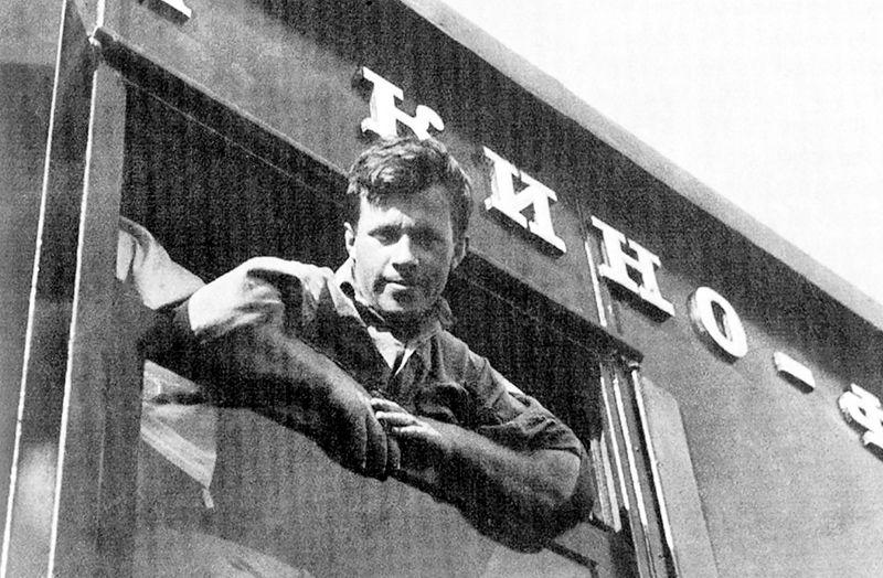 Фотограф Сергей Струнников в окне кинопоезда в 1934 году-c