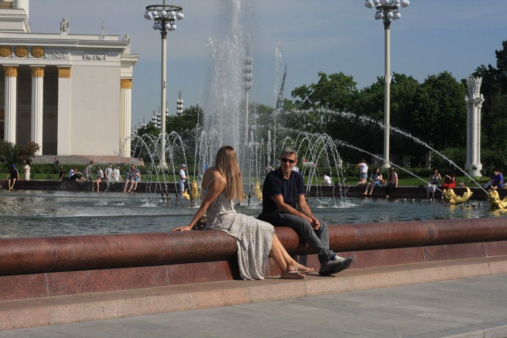 Гости выставки отдыхают у фонтана Дружба народов