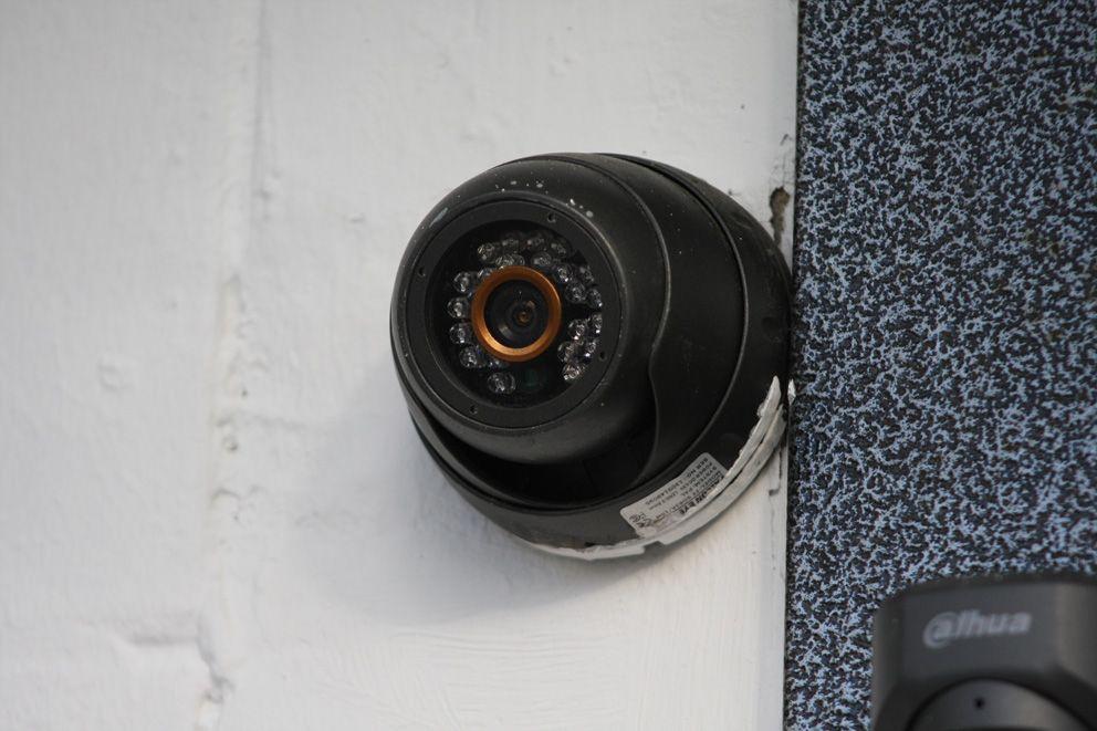 Камера у входа в подъезд