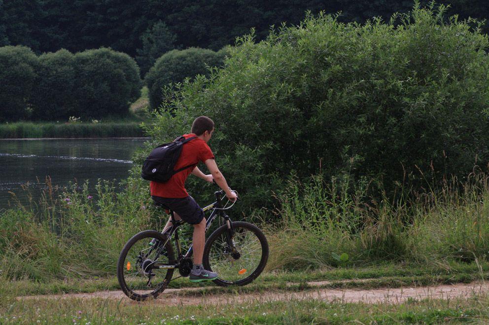 Велопрогулка вдоль пруда