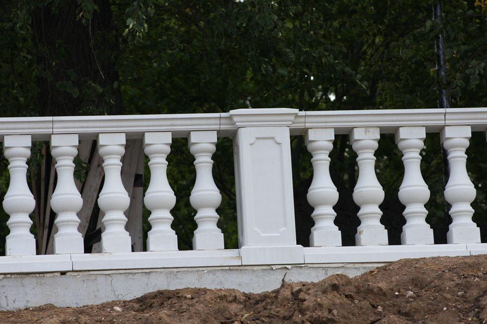Аккуратный ряд фигурных столбиков-балясин