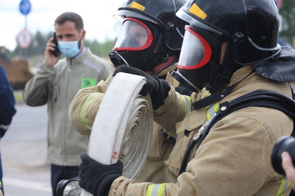 Пожарные спускаются в коллектор