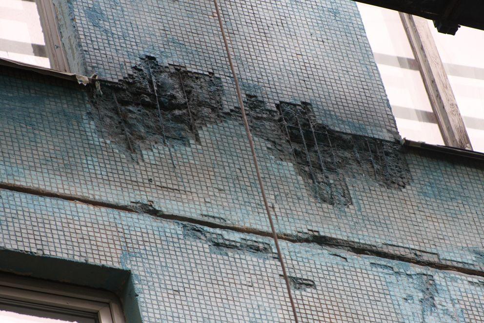 Пример сильного разрушения фасада с торчащими арматурами