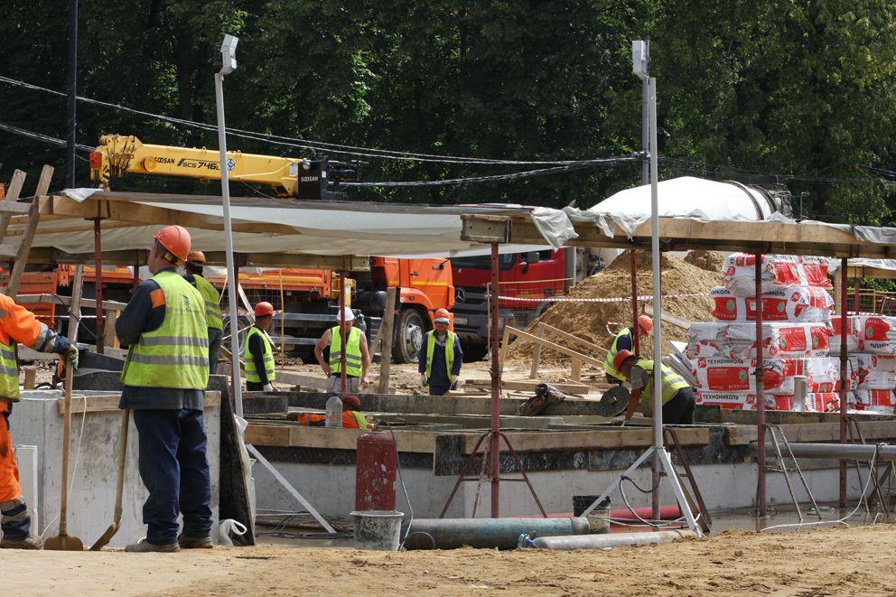 Рабочие трудятся над созданием сухого фонтана