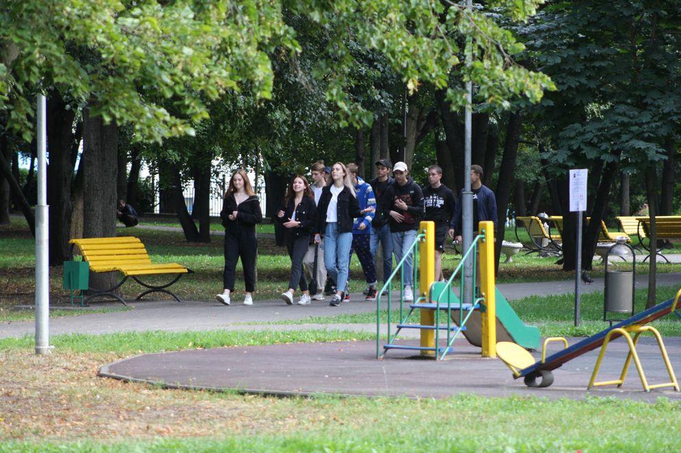 Школьники даже в дни летних каникул по привычке проходят по знакомому маршруту через сквер