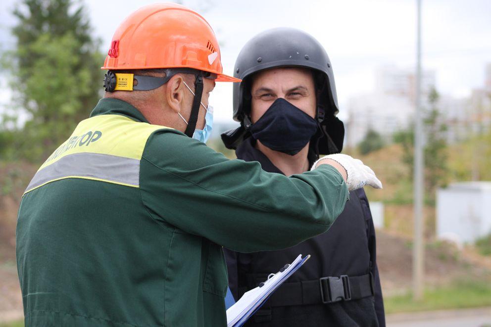 Специалист службы контроля общается с полицией