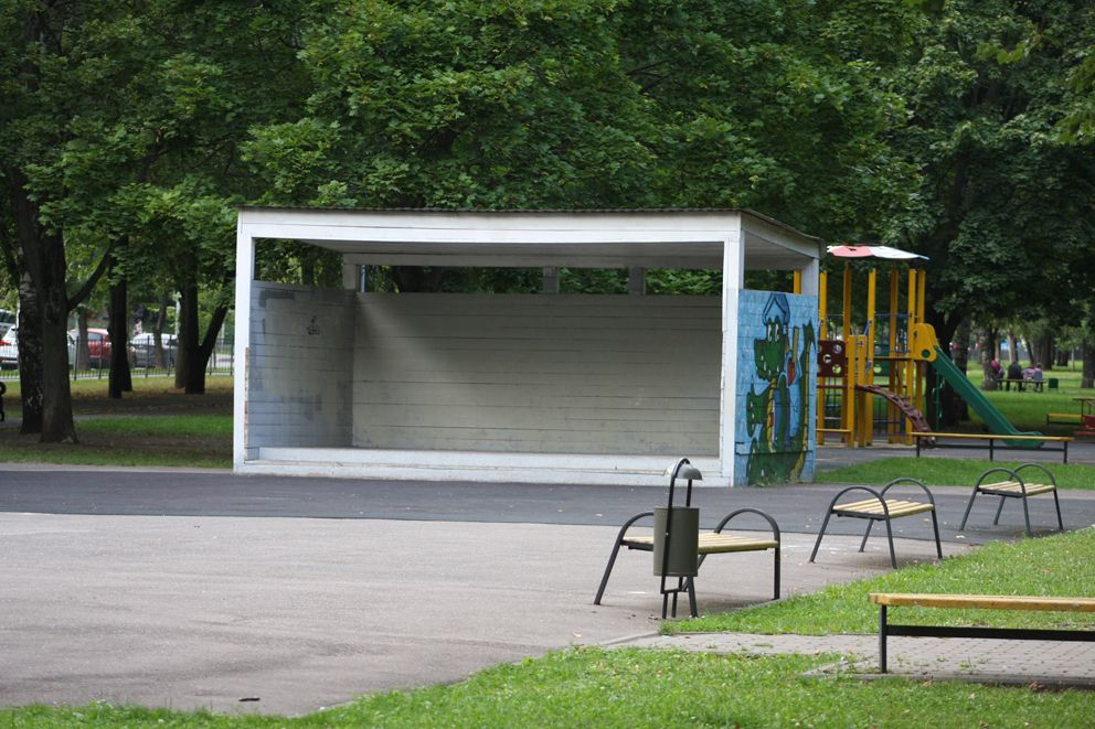 В парке есть сцена для проведения городских мероприятий