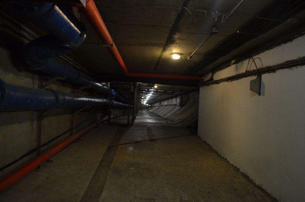 Эвакуационный туннель ГБУ «Гормост» автомобильного туннеля «Лефортово». Находится ниже основного туннеля. Огороженная решеткой «дорожка», это «рабочая зона» Департамента ГОиЧС по городу Москве». По нему спасатели, в случае ЧС будут эвакуировать пострадавших людей
