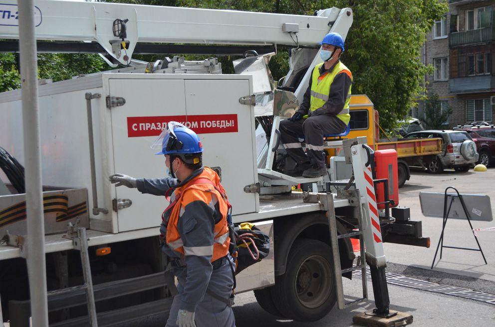 Ремонтно-монтажная бригада АО «ОЭК» работает во дворе дома на улице Божева