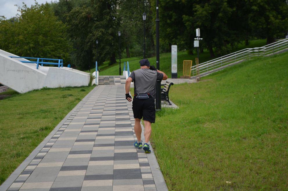 Пешеходные дорожки вдоль всего пруда и парка выложены черно-белой плиткой