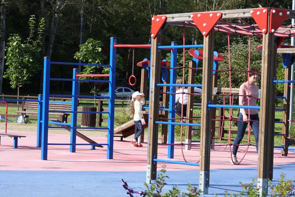 Дети превратили одну из спортивных площадок парка в игровую
