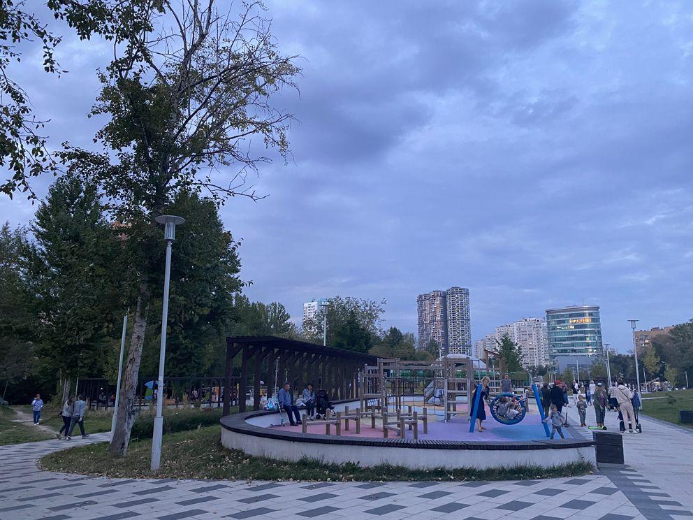 Вид на спортивные площадки