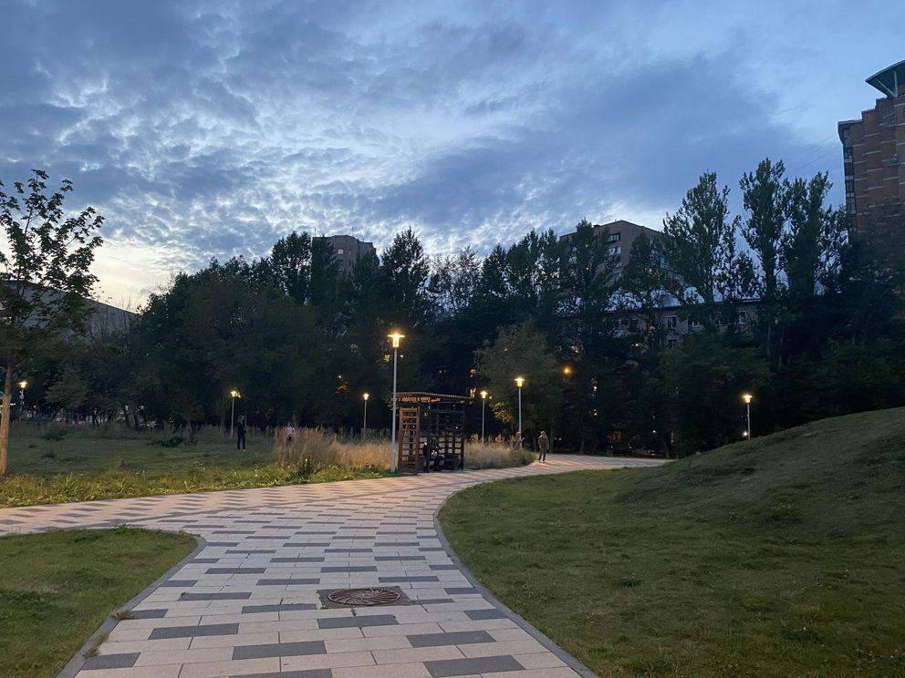 Комфортабельная скамейка в Академическом парке