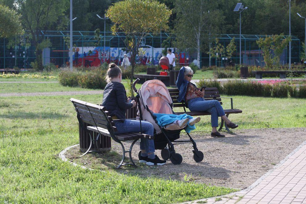 Мамочки с колясками и пожилые люди могут отдохнуть на удобных скамейках