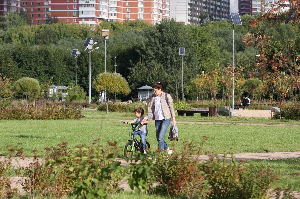 Учиться кататься на велосипеде спокойнее, когда мама рядом, а дорога ровная