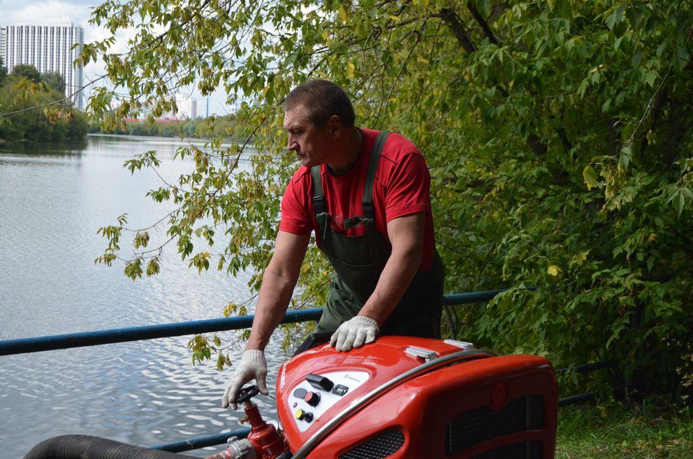 Водолазный специалист Сергей Черенович подает из гидранта струю воды под напором 1,5 атмосфер, которой на дне размывается грунт в которых за десятилетия врос поднимаемый на поверхность объект