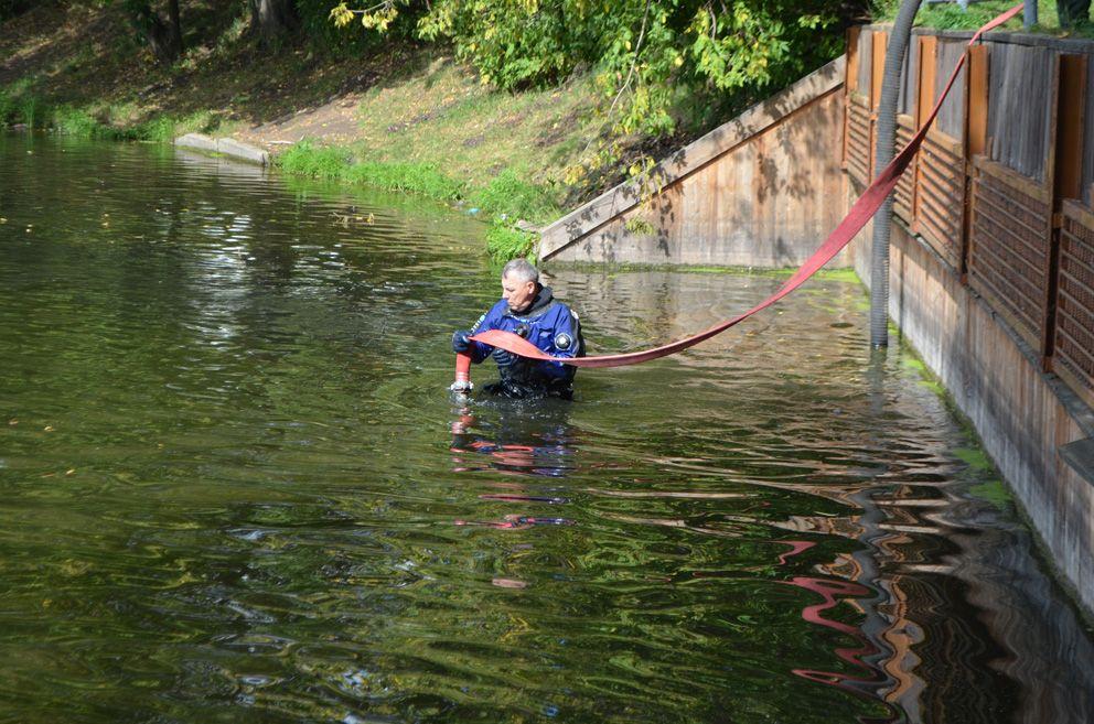 Водолаз 6 разряда ГУП «Мосводосток» Олег Маринец возвращает рукав гидранта после размыва грунта под затопленным объектом на берег