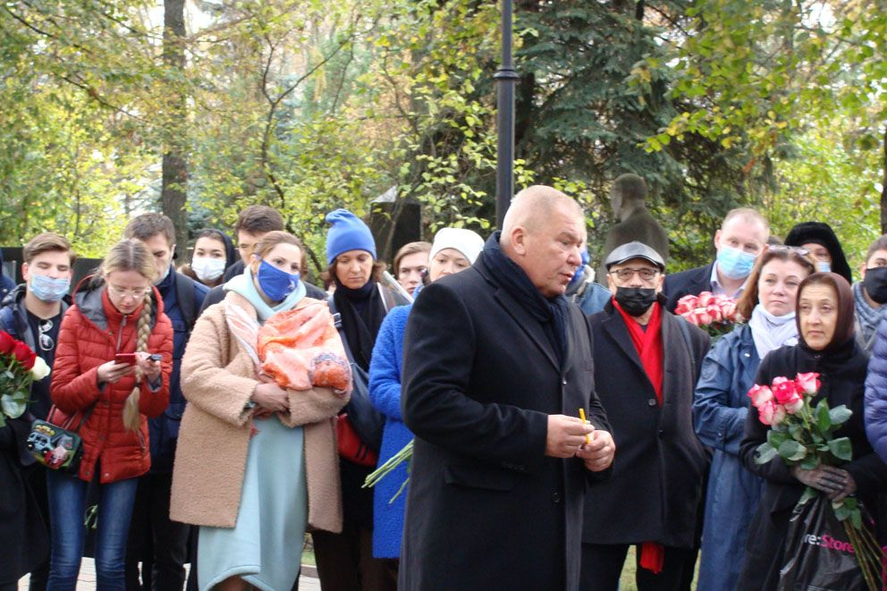 Автор памятника Александр Руковишников