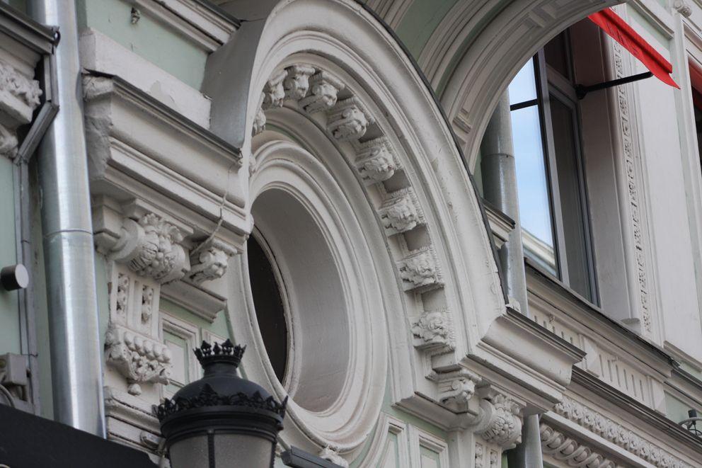 На фасаде дома цирюльника