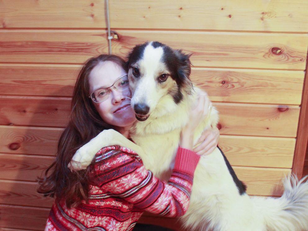 Посетительница выставки Екатерина со своей собакой Радой