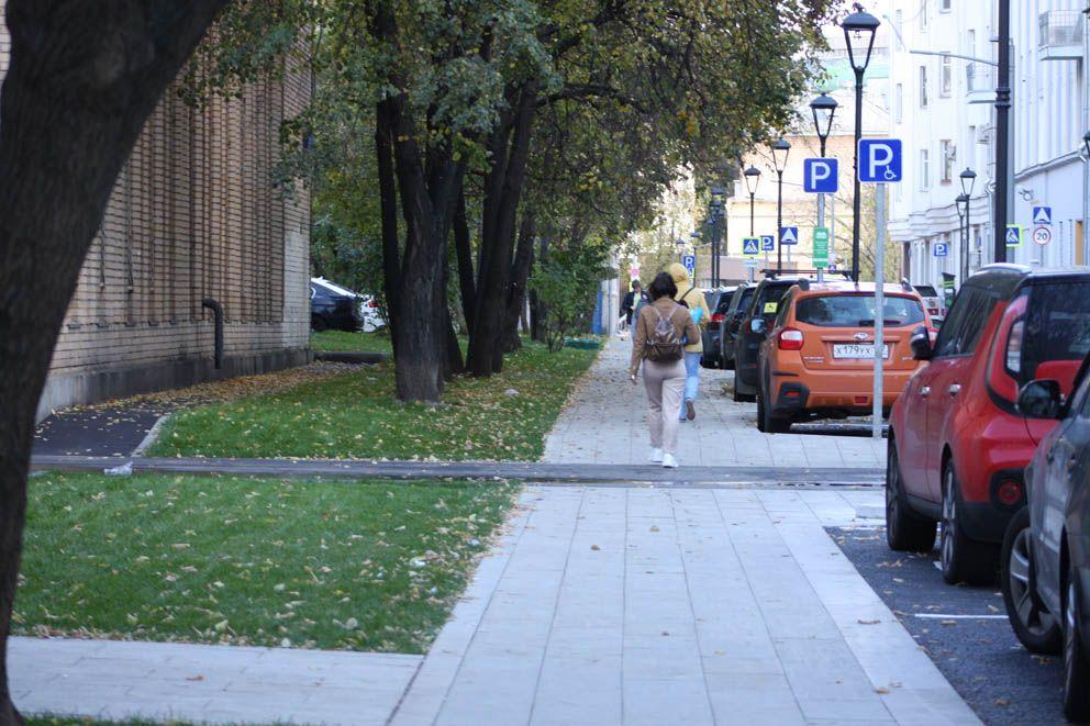 Ровный тротуар, ровный ряд фонарей