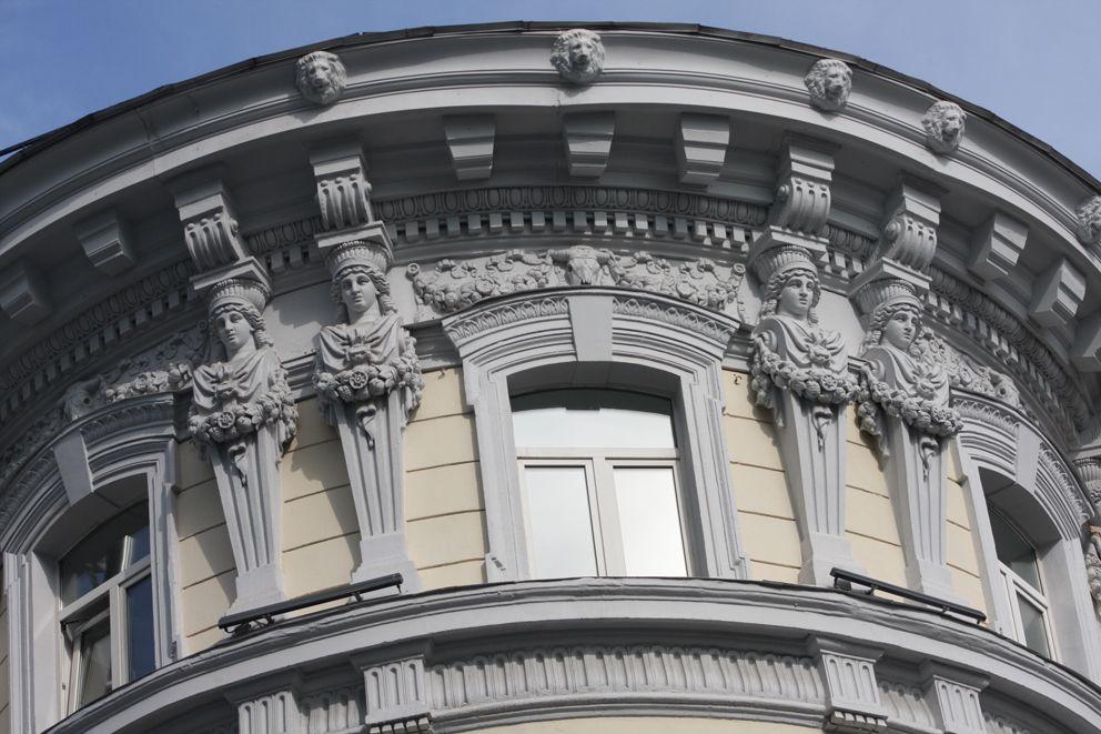 Украшения фасада здания на улице Петровских линий