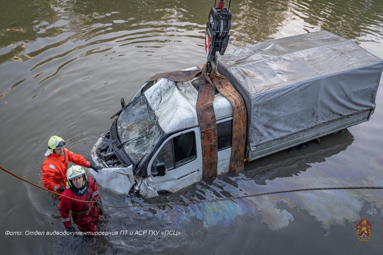 спасатели, автомобиль упал в реку